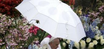 Дождливая месса Папы Римского и молитва за Украину. Фото