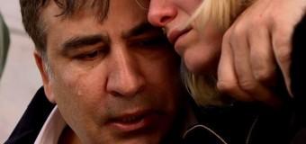Саакашвили плакал на Майдане вместе с женой убитого бойца АТО. Фото