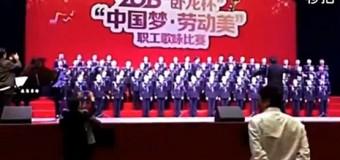 В Китае хор из 80 вокалистов неожиданно провалился под сцену. Видео