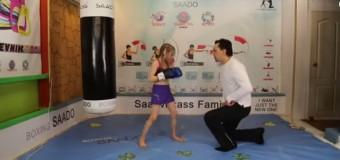 Восьмилетняя девочка отрабатывает впечатляющие удары. Видео