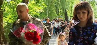 Освобожденного из плена бойца АТО в Житомире встречали аплодисментами. Видео