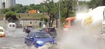 В Киеве на проезжей части образовалось «озеро» из кипятка. Видео