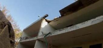 Под Мариуполем в результате обстрела разрушен дом. Видео