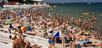 В противовес крымскому, одесское побережье переполнено туристами. Фото