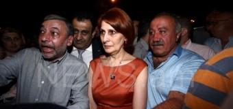 В Ереване депутаты закрыли собой протестующих от полиции. Фото