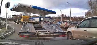 «Фольксваген» протаранил бензоколонку на киевской АЗС. Фото