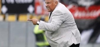 Тренер ударил футболиста бутсой прямо во время матча. Фото