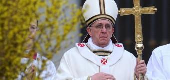 Перебор: люди наряжают собак, как Папу Римского. Фото