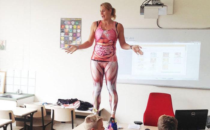 видео девушка в форме учительницы раздевается