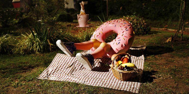 Необычные скульптуры: пирожное с ногами. Фото