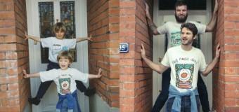 Веселые братья забавно повторили детские снимки для мамы. Фото