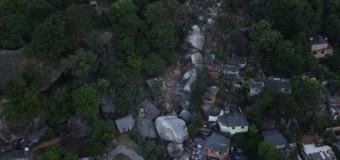 В Бразилии скала обрушилась на жилой квартал. Видео