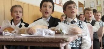 На Новый год детям в ДНР подарили батоны. Фото