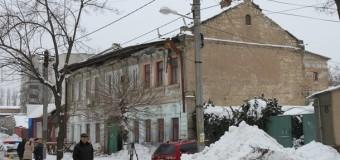 В Николаеве снег провалили крышу жилого дома. Видео