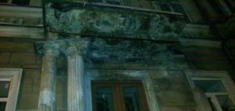 В центре Одессы обрушился фасад школы. Фото