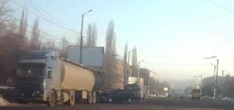 В Кировограде иномарка врезалась в прицеп-цистерну грузовика. Видео