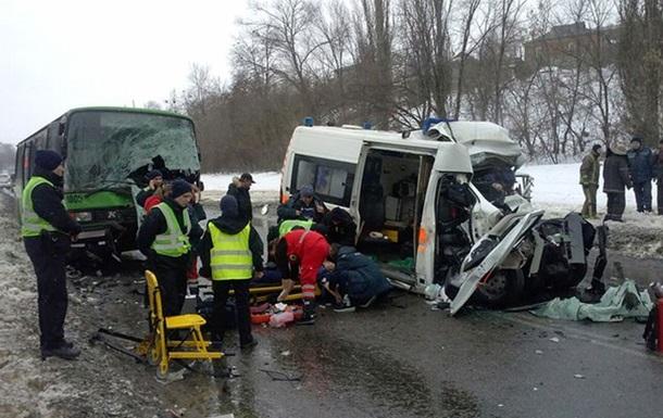 В Харькове «скорая» въехала в автобус. Фото