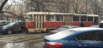 В Киеве на Подоле трамвай сошел с рельсов. Фото