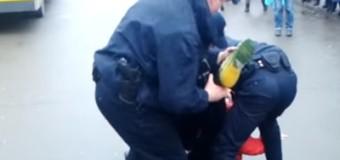 В Киеве мужчина покусал полицейского. Видео