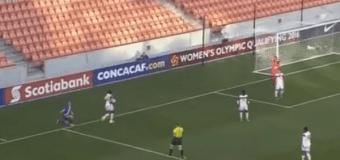 Хит сети: футболистка курьезно заработала пенальти в свои ворота. Видео