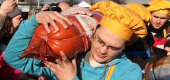 В сети посмеялись над «колбасным» праздником в России. Фото