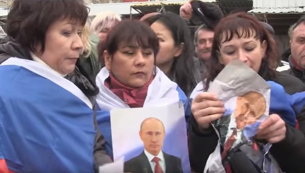 Соцсети шутят над крымчанами, которые защищались портретом Путина. Видео