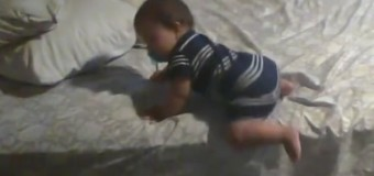 Видео о том, как ребенок пытается слезть с кровати, стало хитом