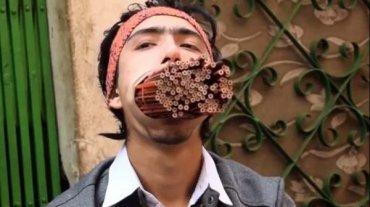 Непалец стал звездой сети, засунув в рот 138 карандашей. Видео