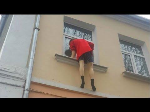 Любовник, спасаясь бегством от ревнивого мужа, выпрыгнул из окна. Видео
