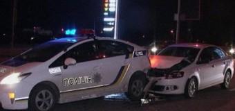 В Киеве автомобиль врезался в полицейскую машину: есть пострадавшие