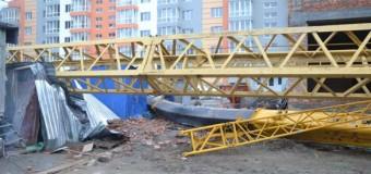 Под Киевом рухнул кран: есть жертвы