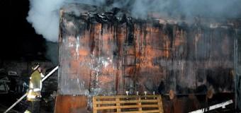 Крупный пожар в Днепропетровске: сгорел ангар с автомобилями. Фото