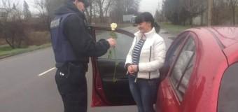 На Закарпатье полицейские дарили девушкам розы. Фото