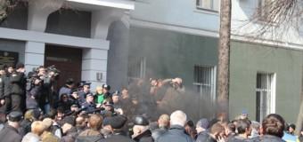 В Виннице управление полиции забросали горящими шинами. Видео