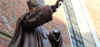 Во Львовской области у Папы Римского отпилили руку. Фото