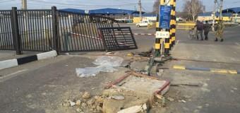 На границе Украины и Молдовы пьяный водитель врезался в пункт пропуска. Видео