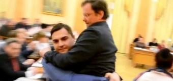 Заместителя Саакашвили вынесли из зала заседания. Видео