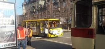 В Мариуполе маршрутка столкнулась с троллейбусом. Фото