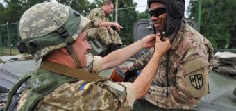 Порошенко «подарил» гражданство иностранным военным
