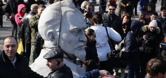 Декоммунизация: в Запорожье сняли бюст Железному Феликсу. Фото