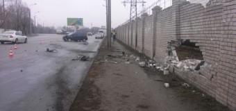 В Днепропетровске иномарка пробила стену. Фото