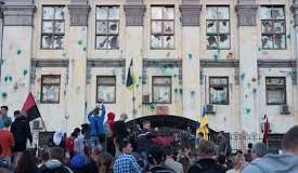 В Киеве атаковали посольство РФ. Видео