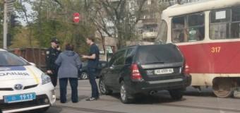 В Харькове иномарка «влетела» в трамвай. Фото