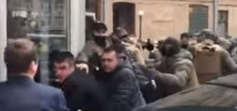 Во дворе Киевсовета неизвестные напали на депутатов. Видео