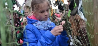 Луцкие школьники плетут маскировочные сети для военных. Фото