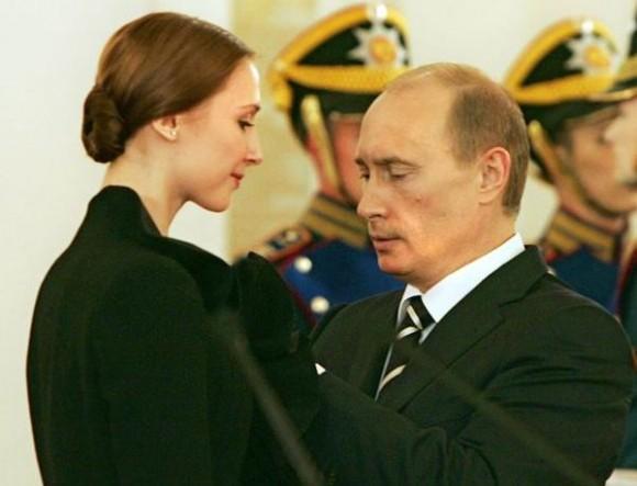 Сеть «взорвала» новая карикатура: подарки Путина женщинам. Фото