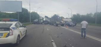 В Киеве масштабное ДТП вызвало пятикилометровый затор. Фото