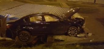 В Киеве автомобиль приземлился на крышу киоска. Фото