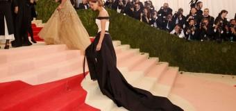 Звезда «Гарри Поттера» удивила сеть необычным платьем из бутылок. Фото