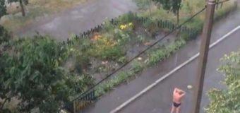 Когда тарифы на воду «кусаются»: киевлянин «взорвал» сеть купанием на улице. Видео